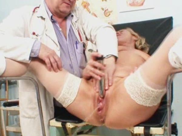 От прикосновения врача тетка кончила в кресле гинеколога 15