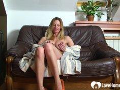 Amateur webcam babe spreads her legs and masturbates